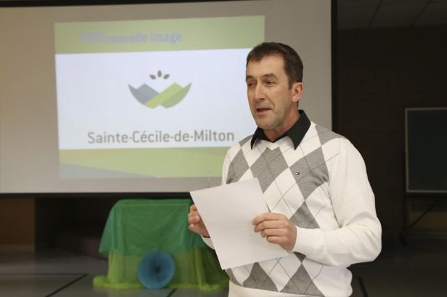 Le maire Paul Sarrazin a dévoilé la nouvelle... (Photo Janick Marois)