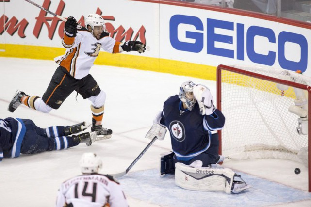 Emerson Etem (16) bat Ondrej Pavelec.... (PHOTO MICHAEL GOULDING, THE ORANGE COUNTY REGISTER)