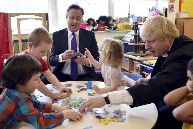 Le premier ministre David Cameron (au centre) est... (PHOTO TOBY MELVILLE, AP)
