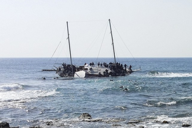 Un voilier transportant des dizaines de migrants a... (PHOTO MICHALIS LOIZOS, REUTERS)