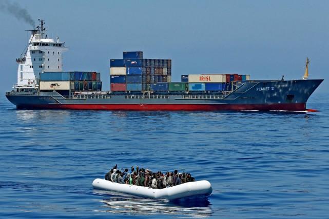 Quatre-vingt-quatre migrants dont le canot pneumatique était en... (PHOTO ALESSANDRO DI MEO, ANSA/AP)