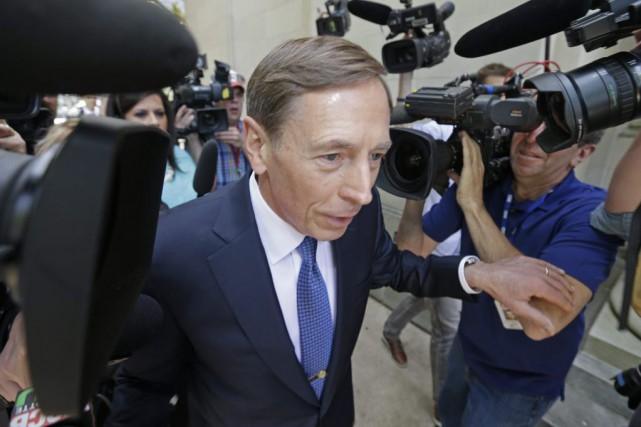 David Petraeusavait plaidé coupable pour éviter un procès... (Photo Bob Leverone, AP)