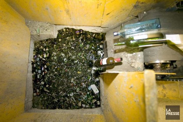 Avec la collecte du verre dans le bac... (PHOTO ALAIN ROBERGE, ARCHIVES LA PRESSE)