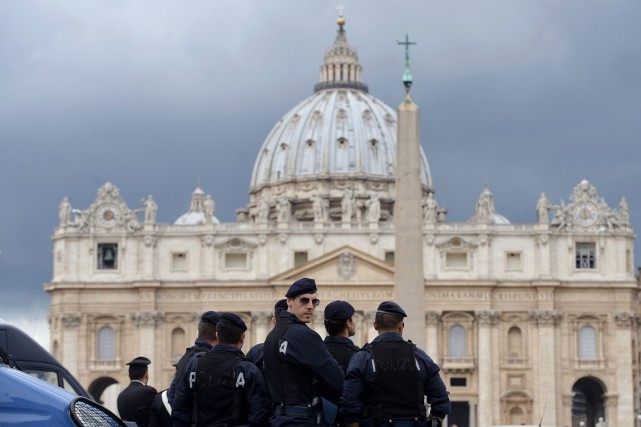 Des policiers montent la garde devant la basilique Saint-Pierre,... (PHOTO FILIPPO MONTEFORTE, ARCHIVES AFP)