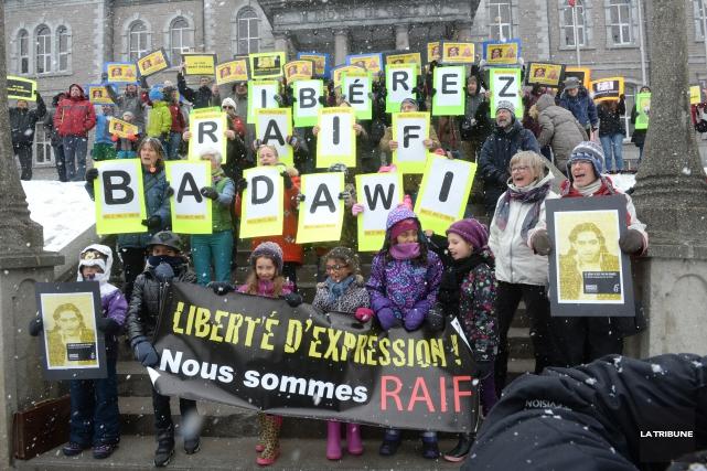 La vigile organisée tenue habituellement le vendredi en soutien au blogueur... (Archives La Tribune, Maxime Picard)