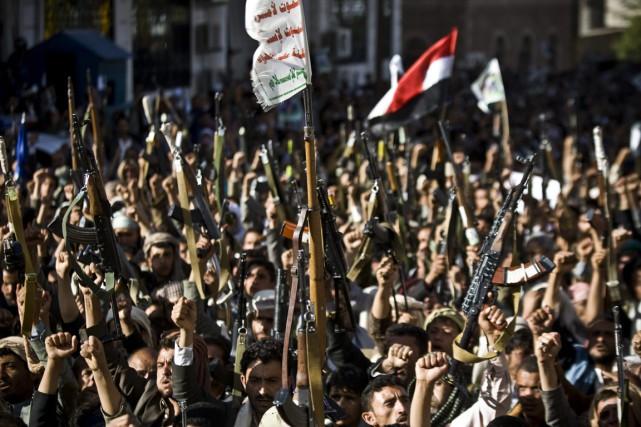 Des rebelles Houthis brandissent leurs armes, à Sanaa,... (PHOTO HANI MOHAMMED, ARCHIVES AP)
