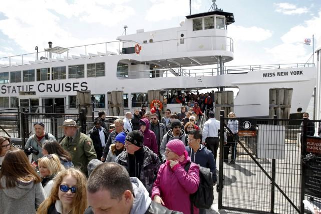 Des touristes débarquent d'un bateau offrant des croisières... (PHOTO LUCAS JACKSON, REUTERS)