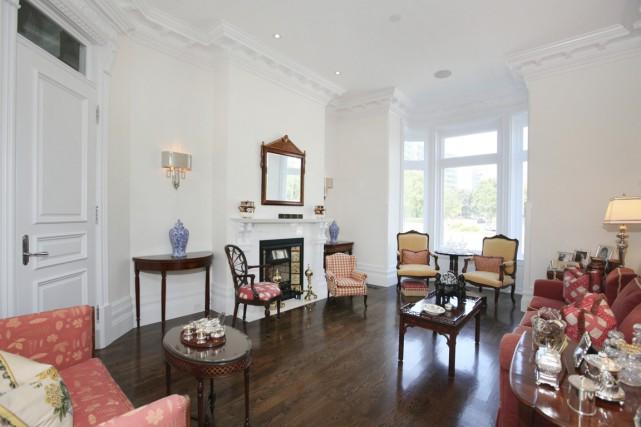 Le pare-étincelles autour du foyer est fabriqué à... (Photo fournie par Profusion Immobilier)
