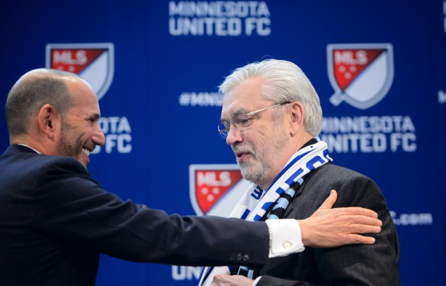 Le commissionnaire de la MLS et Don Garber... (PHOTO GLEN STUBBE, ARCHIVES AP)