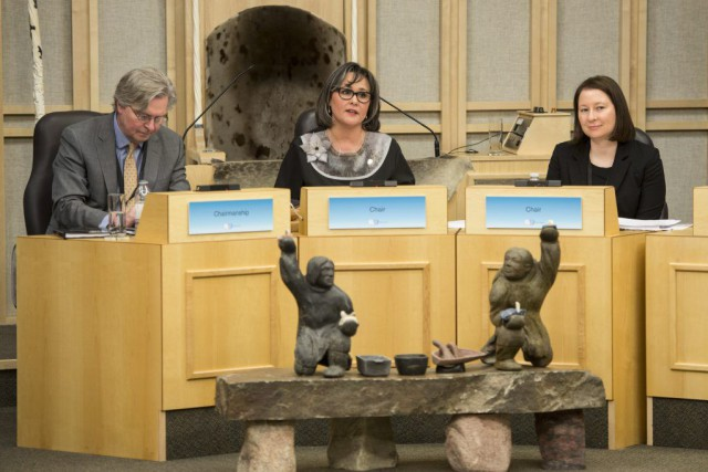 Lors d'une rencontre à Iqaluit, vendredi, Leona Aglukkaq... (Photo Paul Chiasson, La Presse canadienne)