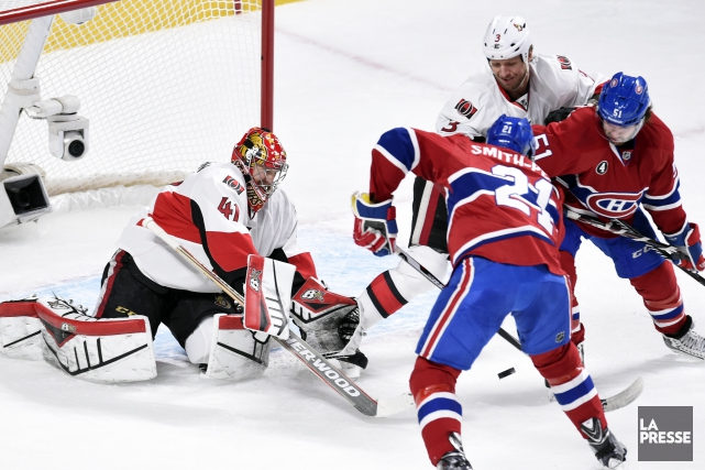 Devante Smith-Pelly et David Desharnais tentent de battre... (PHOTO BERNARD BRAULT, LA PRESSE)
