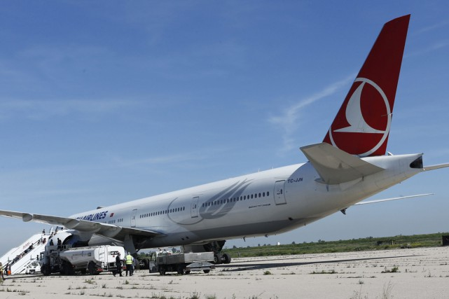 Un avion de la compagnie Turkish Airlines (THY) en provenance de Milan (Italie)... (Photo Abdeljalil Bounhar, archives AP)