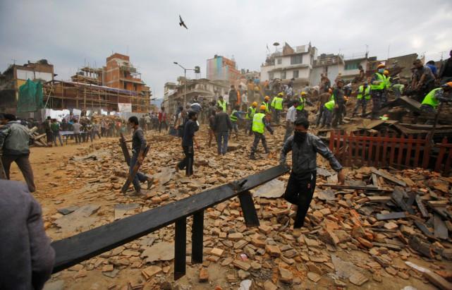 Des secouristes enlèvent des débris au carré Durbar... (PHOTO NIRANJAN SHRESTHA, AP)