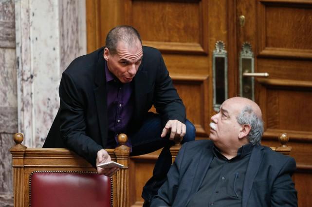 Le ministre de l'Intérieur,Nikos Voutsis (à droite), discute... (PHOTO ALKIS KONSTANTINIDIS, ARCHIVES REUTERS)