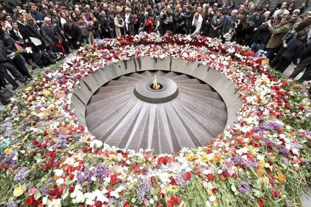 De nombreux Arméniens se sont rassemblés au mémorialTsitsernakaberd... (PHOTO KIRILL KUDRYAVTSEV, AFP)