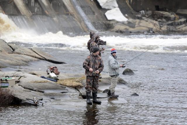 Chaudement habillés, les mordus de la pêche étaient... ((Photo Mariane L. St-Gelais))