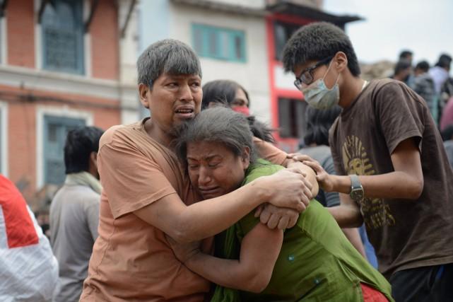 Le Népal est en état d'alerte après qu'un puissant séisme ait fait 2150 morts... (PHOTO PRAKASH MATHEMA, AFP)