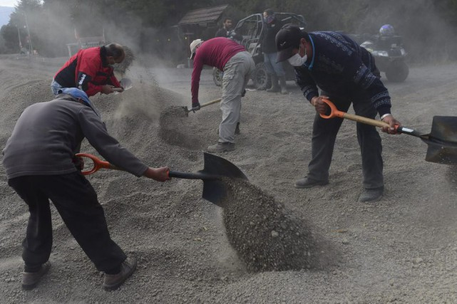Des résidants La Ensenada nettoient les rues de... (PHOTO MARTIN BERNETTI, AFP)