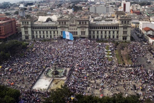 Les manifestants ont scandé «Démissionnez maintenant» en faisant... (PHOTO CARLOS ALONZO, AFP)