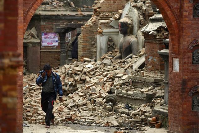 Le séisme a réduit en mietttes une immense... (PHOTO NAVESH CHITRAKAR, REUTERS)