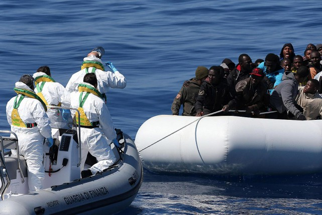 Toutes les deux heures, un désespéré meurt noyé... (Photo Alessandro Di Meo, Associated Press)