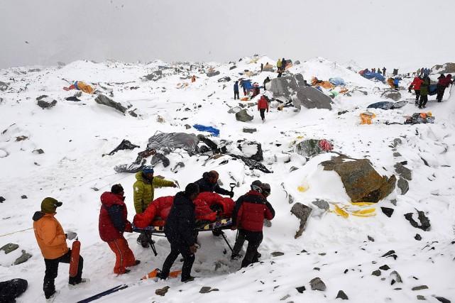 Des secouristes interviennent auprès d'alpinistes touchés par des... (Photo Roberto Schmidt, Agence France Presse)