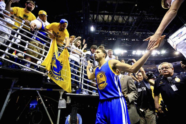 Stephen Curry est félicité par les partisans à... (PHOTO DERICK E. HINGLE, USA TODAY)