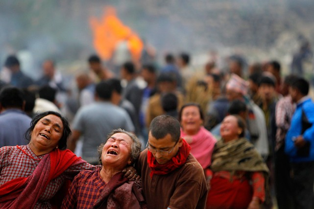 Une famille pleure les siens et le drame... (PHOTO NIRANJAN SHRESTHA, ASSOCIATED PRESS)