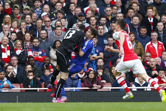 Le gardien David Ospina est entré en collision... (PHOTO EDDIE KEOGH, REUTERS)