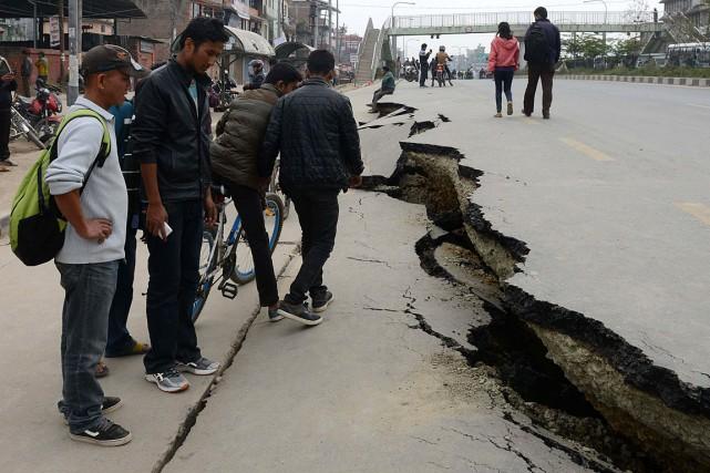 Deux tremblements de terre se sont succédés au... (PHOTO PRAKASH MATHEMA, AGENCE FRANCE PRESSE)