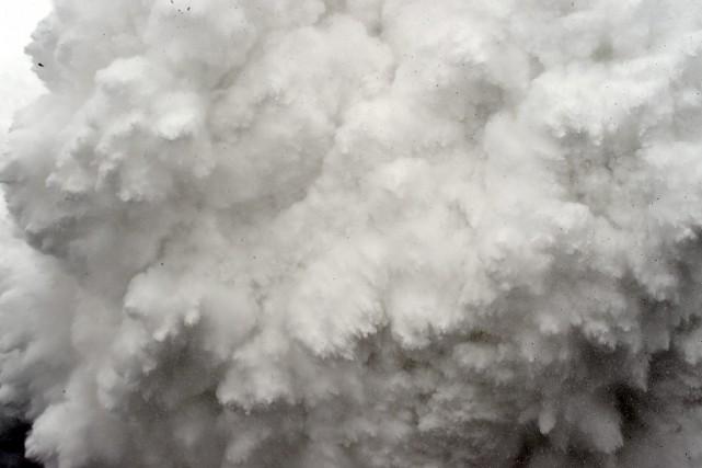 Un nuage de neige et de débris a... (PHOTO ROBERTO SCHMIDT, AGENCE FRANCE PRESSE)