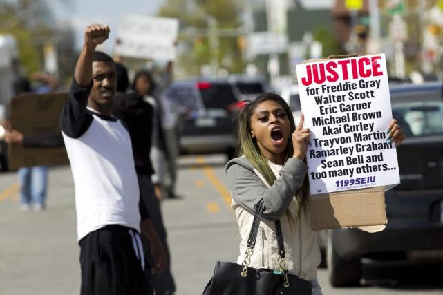 Caira Byrd brandit une pancarte réclamant la justice,... (Photo Luis Magana, AP)