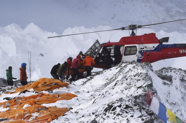 Un blessé est secouru en hélicoptère au camp... (Agence France-Presse)