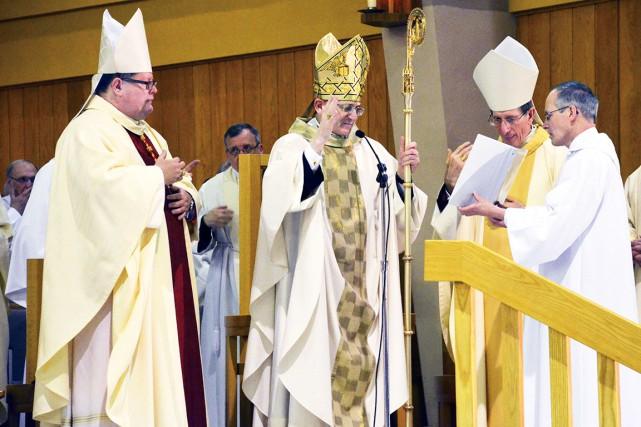 Le légat papal, Mgr Angelo Amato, entouré de... (Collaboration spéciale Johanne Fournier)