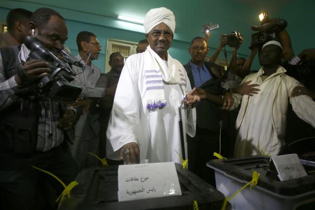 Le président sortant Omar el-Béchir enregistre sa voix... (PHOTO ASHRAF SHAZLY, ARCHIVES AFP)