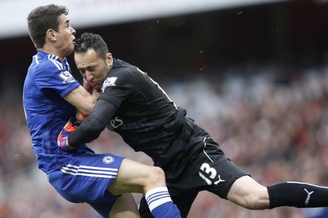 Le milieu de terrain de Chelsea Oscar (à... (Photo Adrian Dennis, AFP)