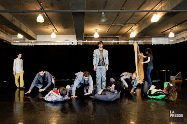 Dix danseurs se partagent la scène dans Paradoxe... (Photo: Marco Campanozzi, La Presse)