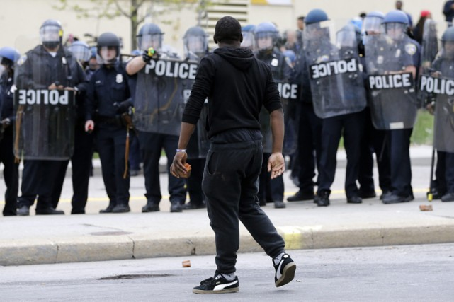 La violence à Baltimore lundi soir contrastait avec... (Photo: AP)