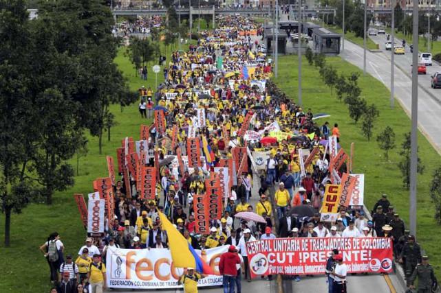 Des milliers de professeurs des écoles publiques en Colombie, en grève depuis... (Photo: Reuters)