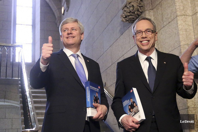 Stephen Harper et Joe Oliver... (PHOTO ÉTIENNE RANGER, ARCHIVES LEDROIT)