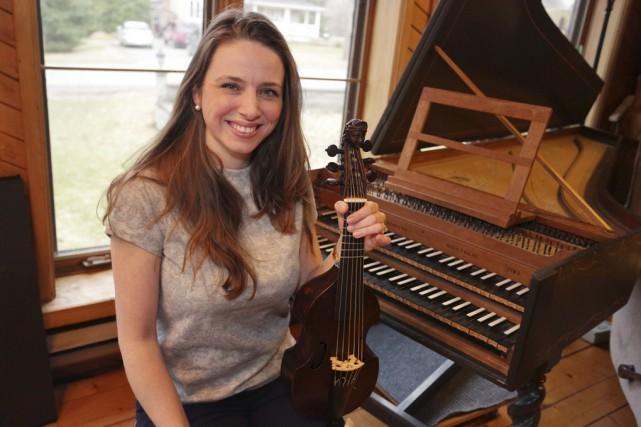 La multi-instrumentiste granbyenne Mélisande Corriveau et son conjoint... (photo Catherine Trudeau)
