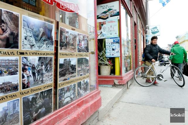 Dans la vitrine de l'épicerie Deshi Bazar de... (Le Soleil, Jean-Marie Villeneuve)