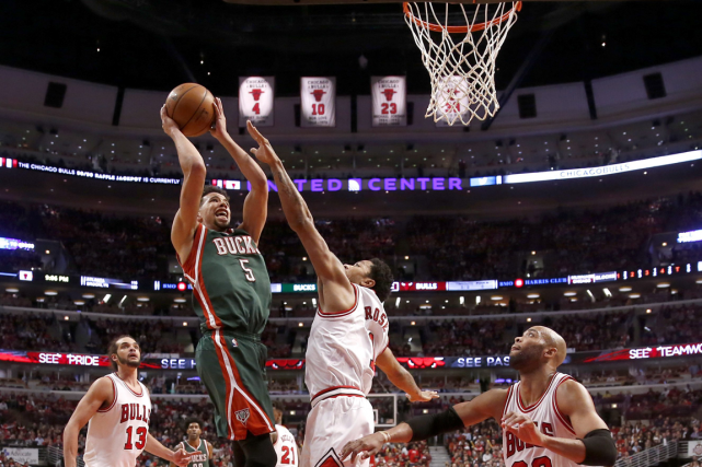 Michael Carter-Williams (à gauche) a inscrit 22 points... (Photo Charles Rex Arbogast, AP)