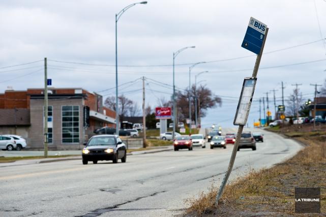 Un arrêt d'autobus de la rue King Est, à proximité de la rue Raby, soulève des... (Imacom, Jessica Garneau)
