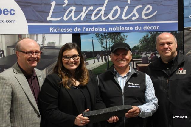 Le maire d'Asbestos, Hugues Grimard, la députée de... (La Tribune, Yvan Provencher)