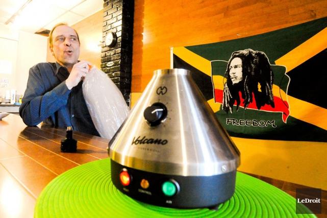 Wayne Robillard a ouvert un salon de cannabis... (Martin Roy, LeDroit)