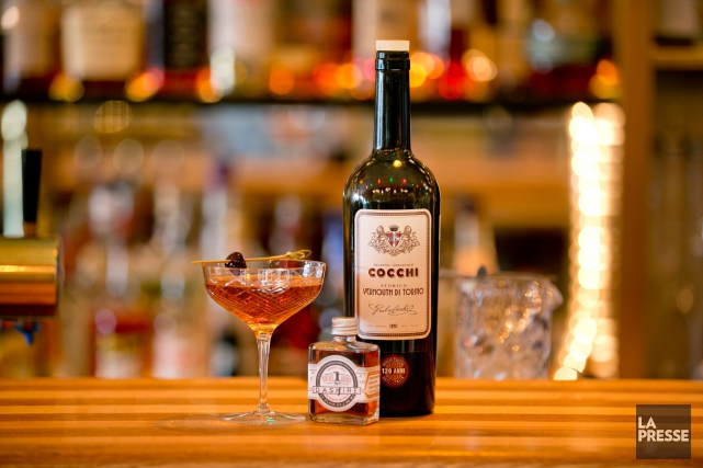 Un cocktail préparé avec du vermouth au bar... (Photo David Boily, La Presse)