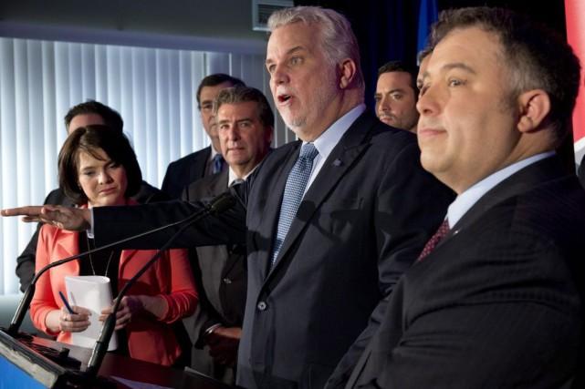Philippe Couillard (au centre) a confirmé les candidatures... (PHOTO JACQUES BOISSINOT, LA PRESSE CANADIENNE)