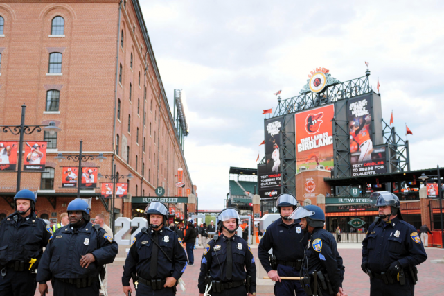 Des policiers de Baltimore montent la garde devant... (Photo Evan Habeeb, USA Today)
