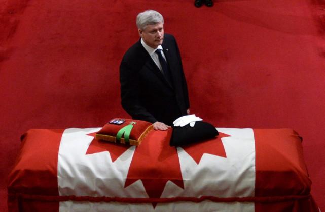 Le premier ministre Stephen Harper se recueille sur... (Photo Sean Kilpatrick, La Presse Canadienne)
